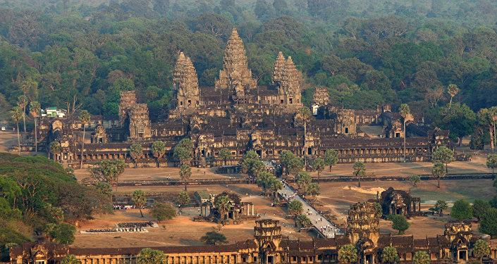 O templo Angkor Wat na província de Siem Reap, Camboja