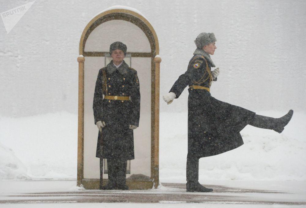 Militares da guarda de honra do Regimento Presidencial junto ao Fogo Eterno próximo do Túmulo do Soldado Desconhecido, localizado perto das muralhas do Kremlin