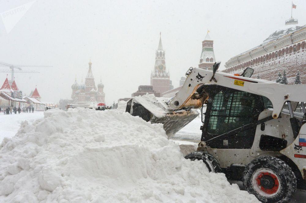 Máquina de remoção de neve dos serviços públicos retiram as consequências da nevada que afetou a Praça Vermelha – o coração da capital russa