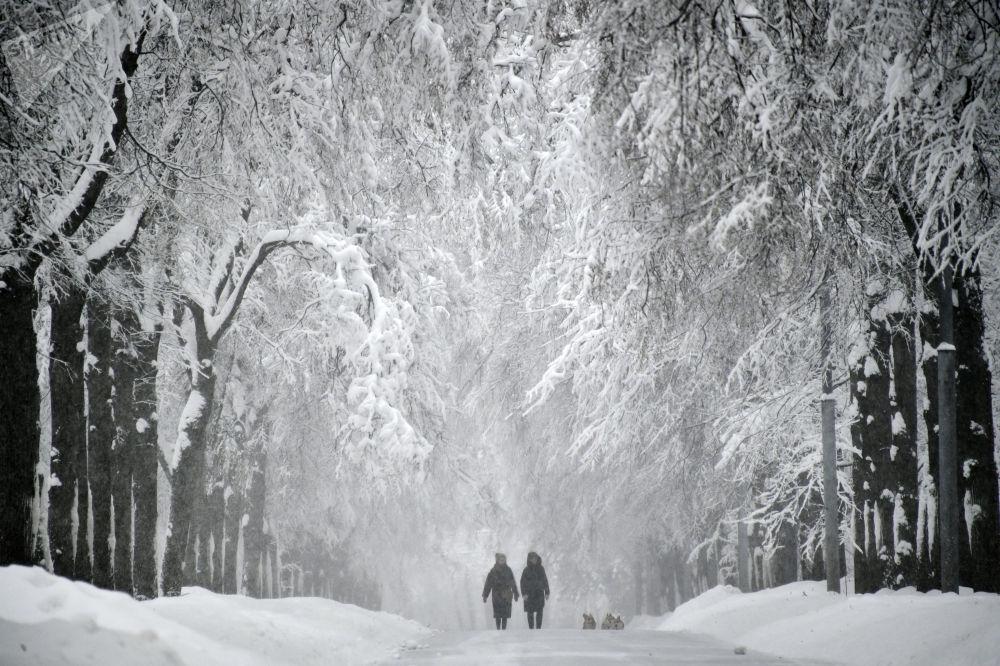 Calçada das Colinas Vorobyovy coberta por neve devido à forte nevada