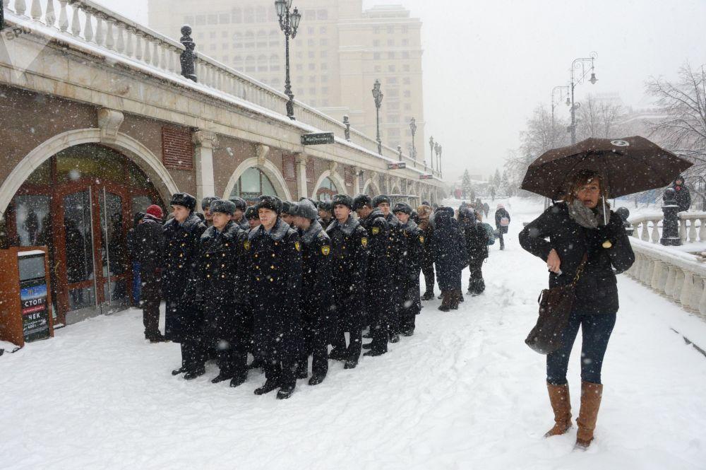 Militares da guarda de honra do Regimento Presidencial durante nevada na Praça do Manege, no centro da capital russa