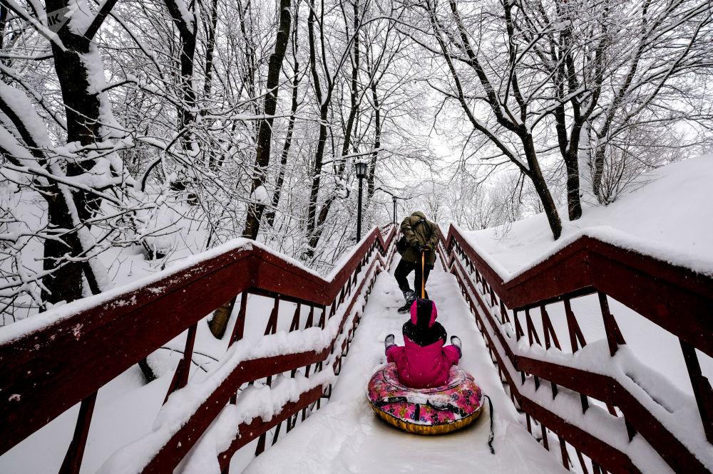 Pai e filha aproveitam inverno no museu-reserva Kolomenskoe, Moscou
