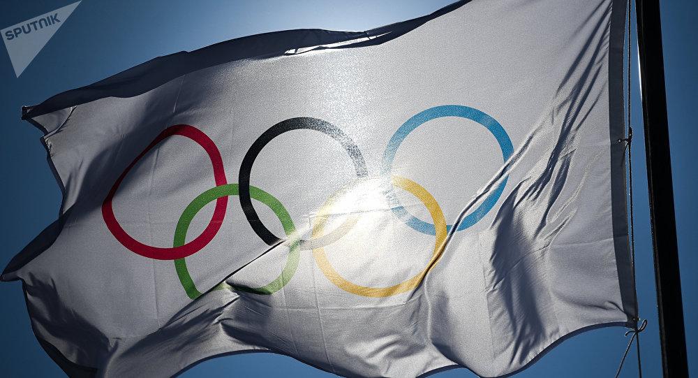 Bandeira olímpica na praça de condecoração dos vencedores dos Jogos Olímpicos de 2018 em Pyeongchang