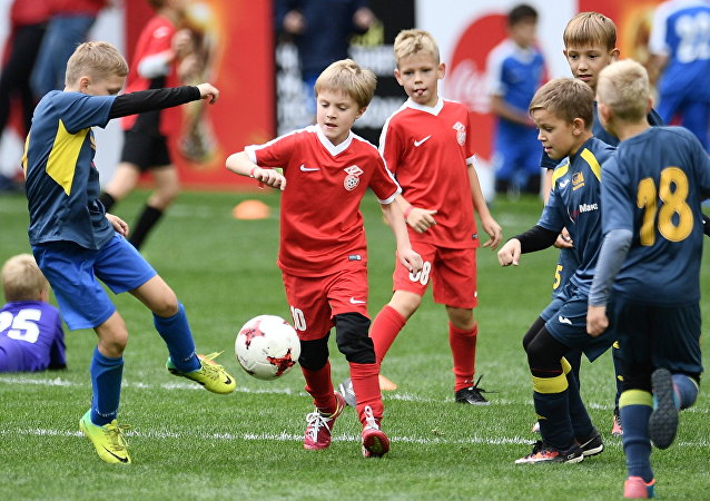 Crianças jogam futebol no estádio Moscovita Luzhniki