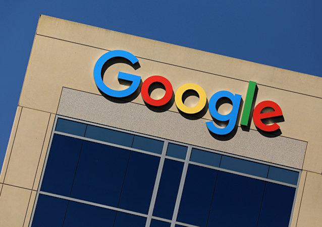 O logotipo do Google retratado no topo de um prédio de escritórios em Irvine, Califórnia, EUA (imagem de arquivo)