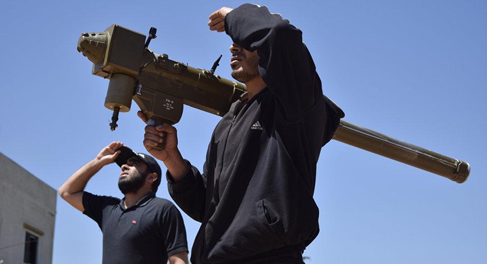 Rebeldes sírios monitoram céu com sistema de defesa antiaérea FN-6 nos arredores de Homs, Síria