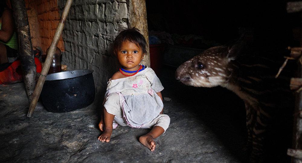 Uma criança indígena em uma aldeia dos yanomamis, na Venezuela