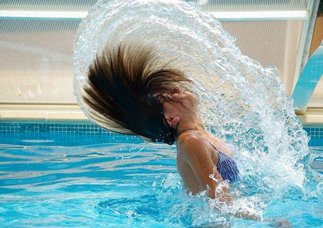 Menina em uma piscina (imagem referencial)