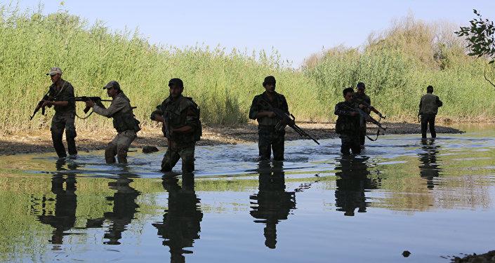 Soldados das forças pró-governo sírio no Eufrates