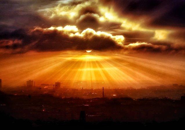 Nuvens sobre cidade (imagem ilustrativa)