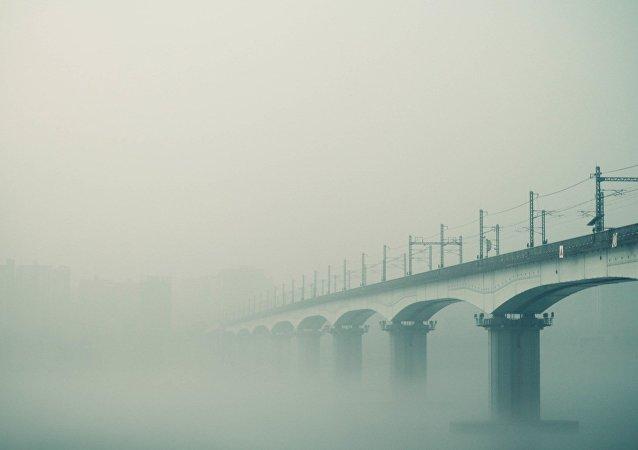 Uma ponte coberta por nevoeiro