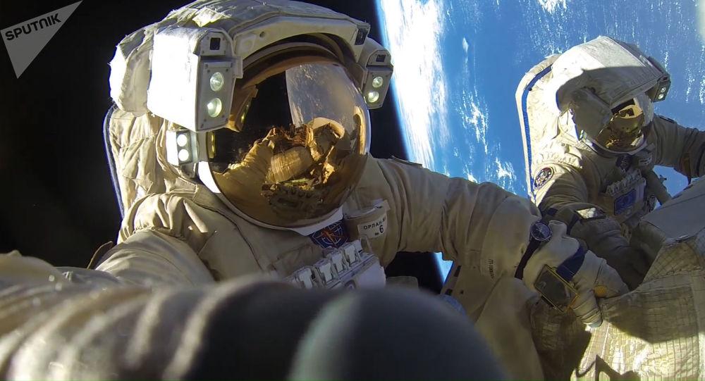 Cosmonautas russos Anton Skaplerov e Aleksandr Missurkin fazem caminhada espacial de 8 horas e 12 minutos e batem recorde de permanência fora da Estação Espacial Internacional