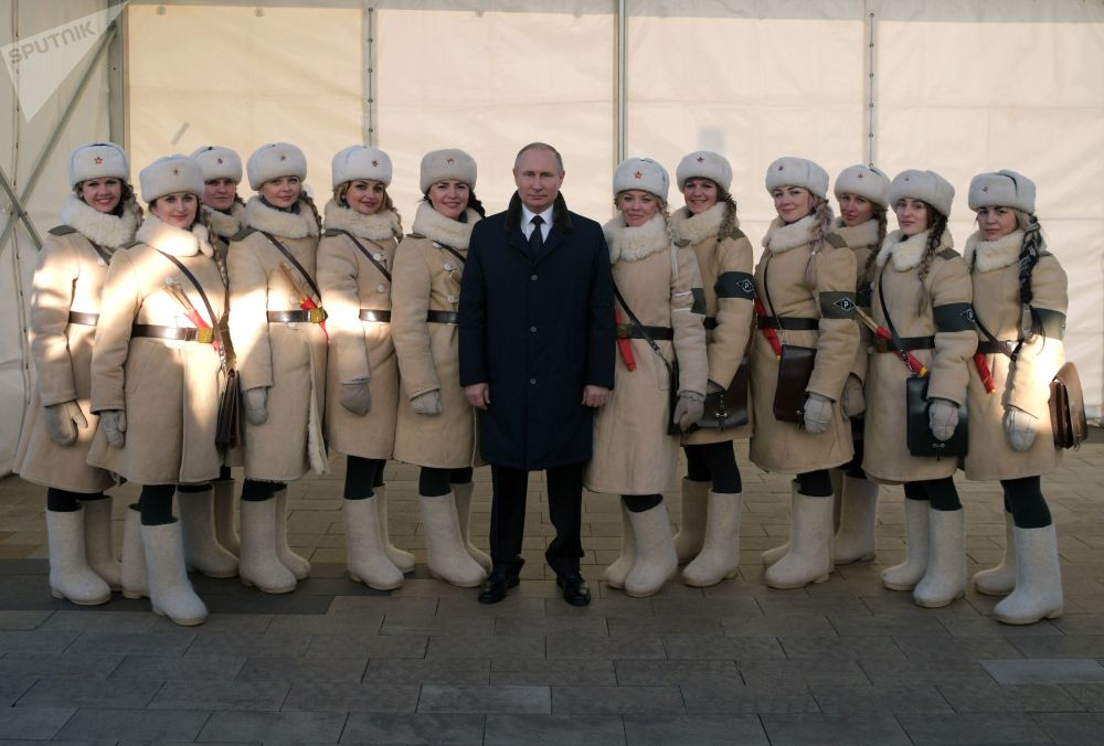 Presidente russo, Vladimir Putin, e participantes dos eventos comemorativos dedicados ao 75º aniversário da vitória na Batalha de Stalingrado