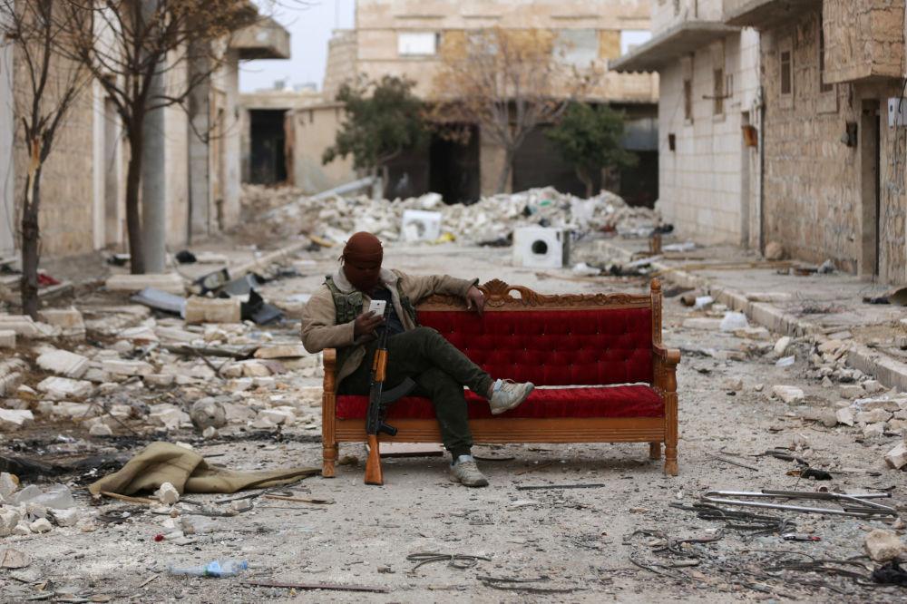 Combatente do Exército Livre da Síria nos subúrbios da cidade de Al-Bab
