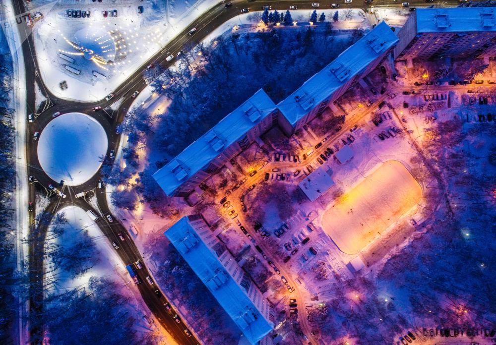 Troitsk, um dos subúrbios moscovitas, coberto de neve e iluminado à noite