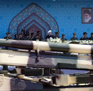 Míssil de médio alcance Zelzal é apresentado em parada militar no Irã