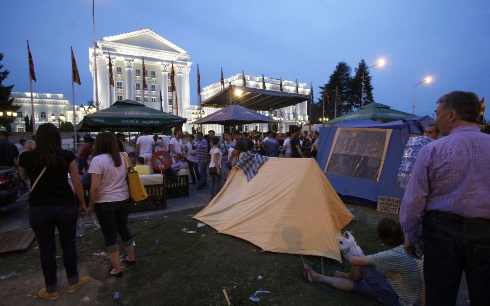 Os membros da oposição estabeleceram as tendas em frente do prédio do governo  em Skopje, Macedônia. Os protestantes dizem que vão ficar lá até a renúncia do primeiro-ministro.