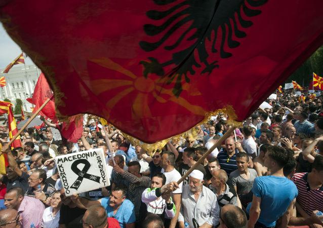 Bandeira da Albânia durante protestos na Macedônia (arquivo)