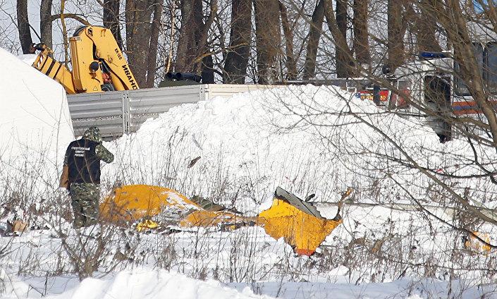 Homem olhando para destroços perto do local da queda do An-148 na povoação de Stepanovskoe a distância de 40 quilômetros do aeroporto Domodedovo
