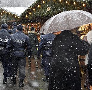 Polícia patrulha mercado de Natal em Viena, Áustria, em 20 de dezembro de 2016