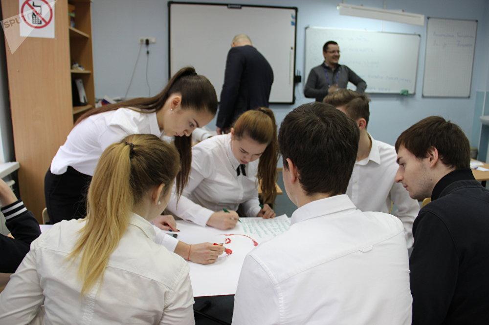 Alunos cumprindo a tarefa de um participante durante uma aula aberta no âmbito da competição Líderes da Rússia, em Sochi