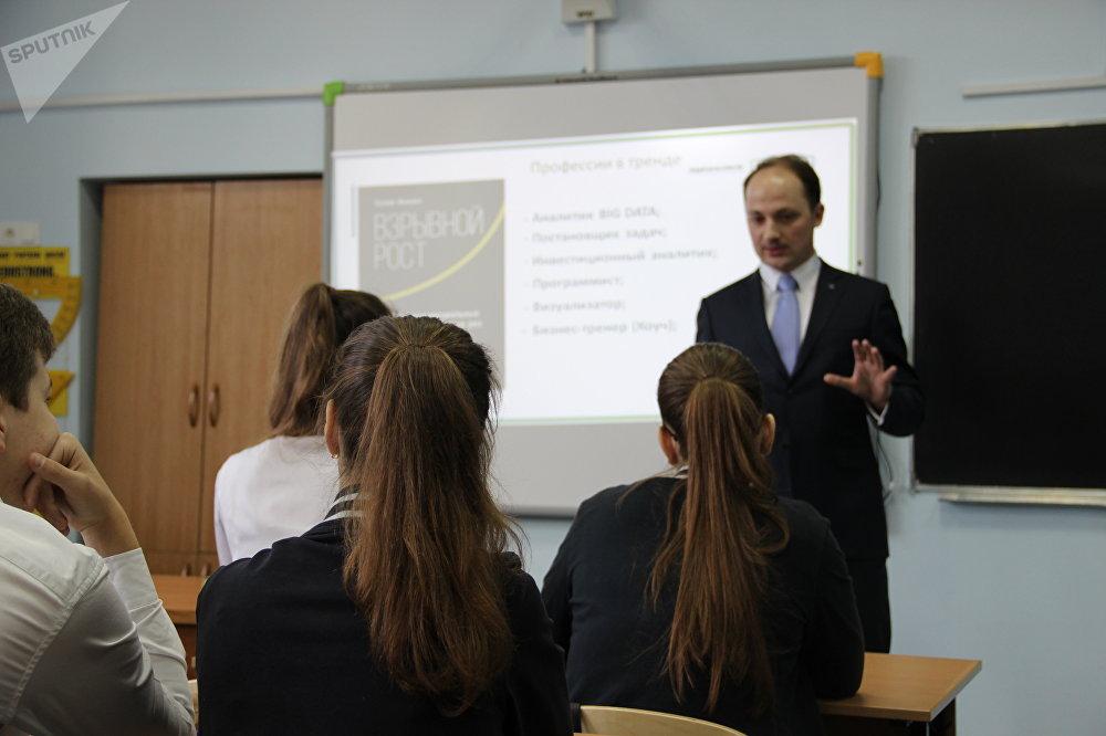 Nazar Galaida, chefe da empresa JNP Consulting, realiza uma aula aberta na escola Nº 9 de Sochi
