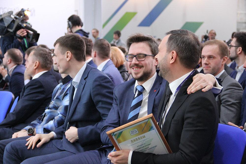 Participantes se parabenizam após receberem o título de vencedor do concurso Líderes da Rússia