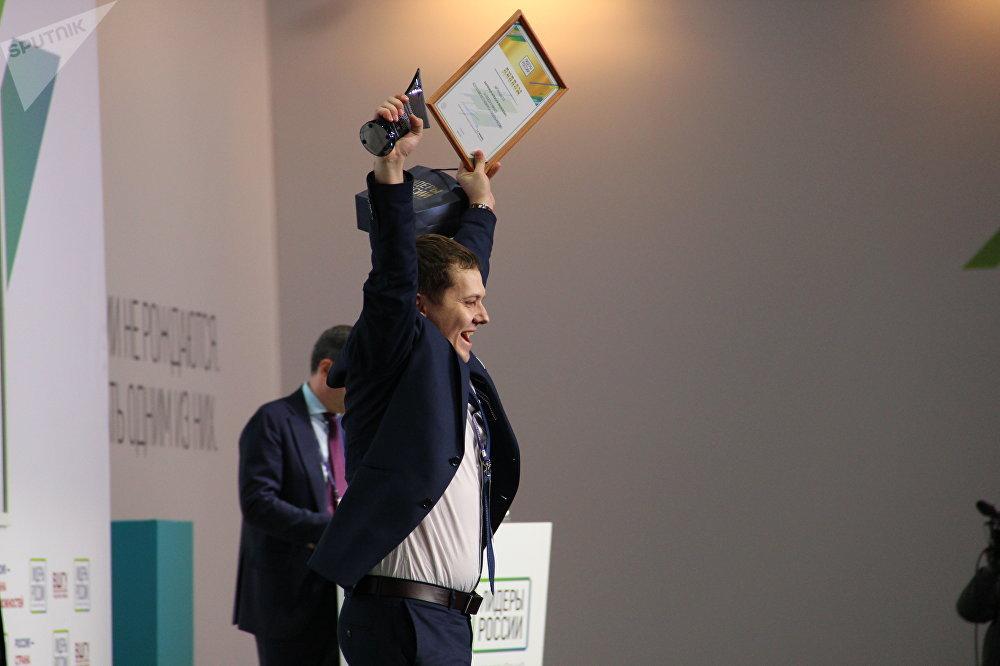 Aleksei Varyanitsa, empresário da Coca-Cola na cidade de Rostov-no-Don, vibra com alegria após receber título de vencedor no concurso Líderes da Rússia