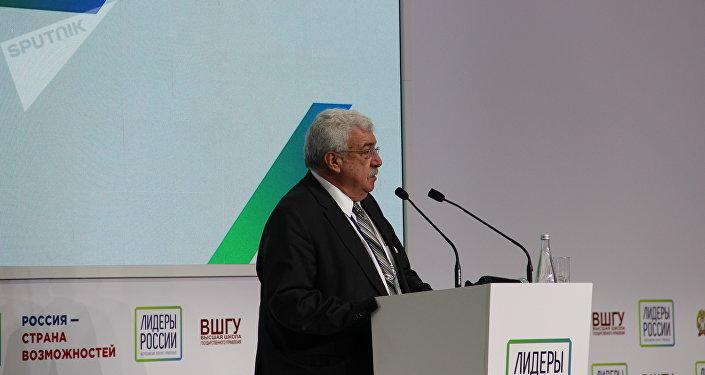 Mikhail Gusman, conhecido jornalista e apresentador de TV, faz um discurso durante a cerimônia de encerramento do concurso Líderes da Rússia