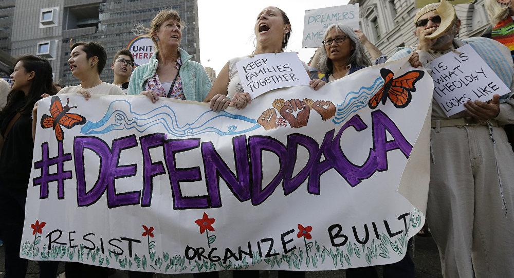 Apoiadores da Ação Diferida para Chegadas de Infância (DACA) gritam durante um protesto em frente ao Edifício Federal em San Francisco