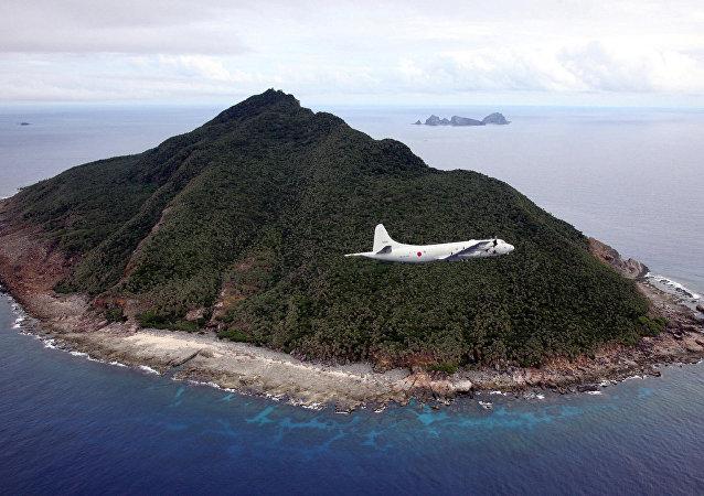 Avião de patrulha P-3C da Força de Autodefesa Marítima do Japão voando na área do mar da China Oriental