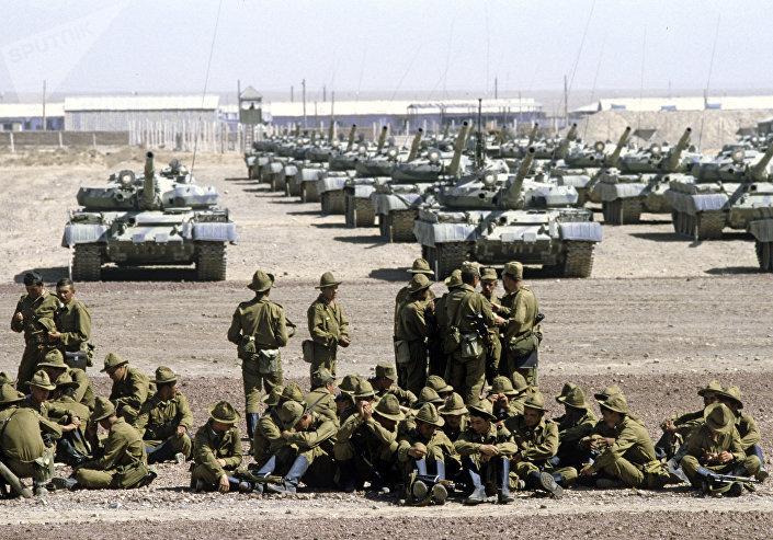 Regimento de tanques se preparando para regressar à URSS durante a retirada das tropas soviéticas do Afeganistão