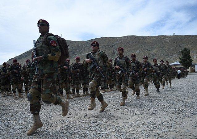 Soldados do Exército Nacional do Afeganistão em uma unidade de comando Reesh Khor nos arredores de Cabul
