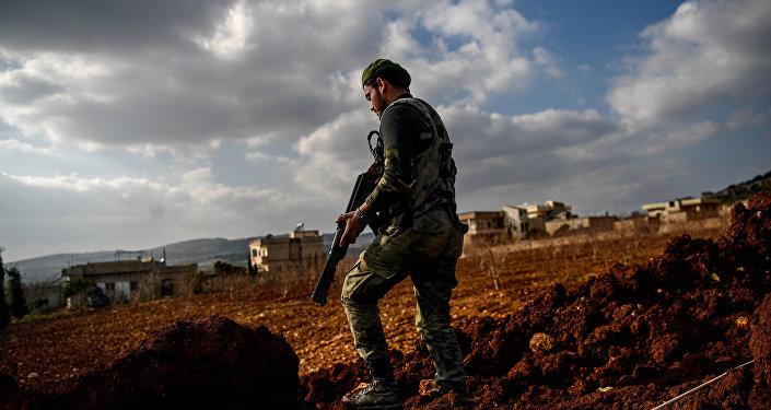 Rebelde sírio apoiado pela Turquia em um posto de controle na cidade síria de Azaz