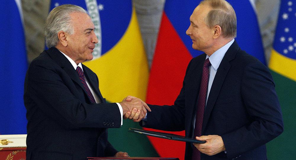 Presidente Michel Temer cumprimenta o presidente Vladimir Putin durante viagem a Moscou