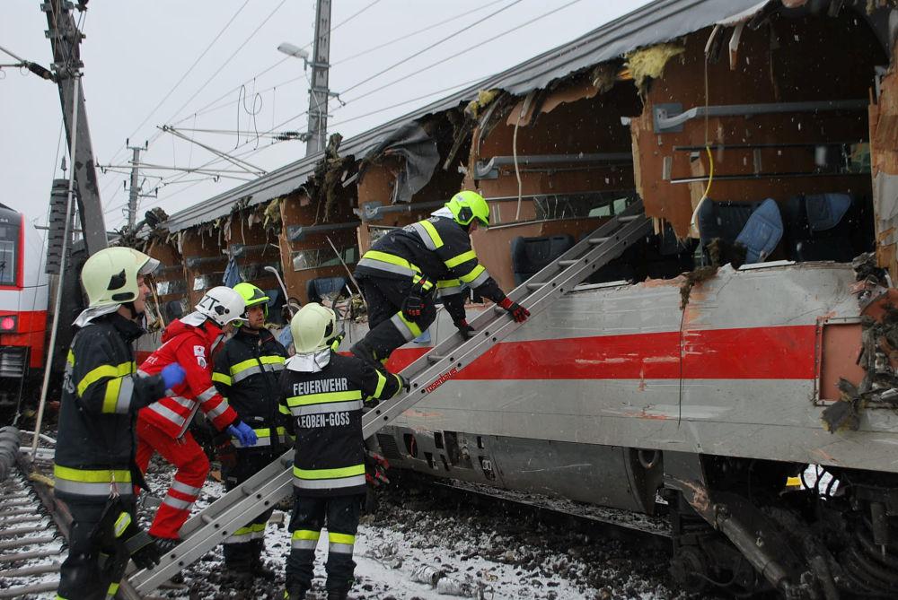 Socorristas no local de um acidente ferroviário, na Áustria