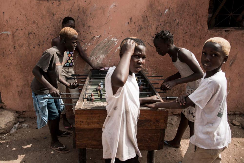 Crianças jogam futebol de mesa na Guiné-Bissau