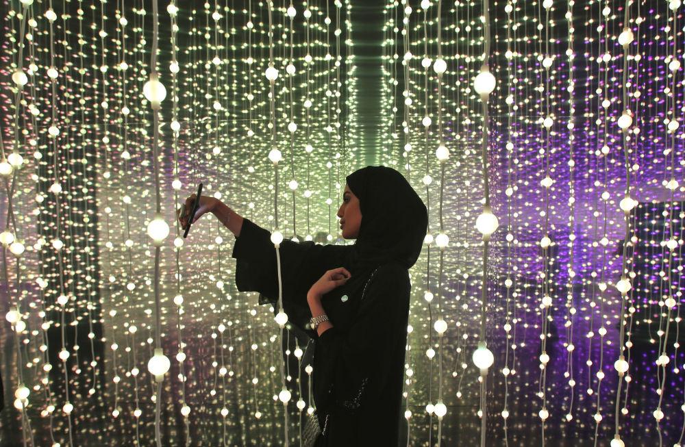 Mulher tira selfie no Museu do Futuro, em Dubai, nos Emirados Árabes Unidos