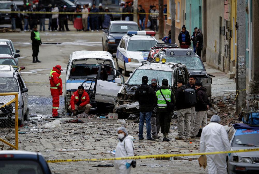 Policiais inspecionam local de explosão em Oruro, na Bolívia