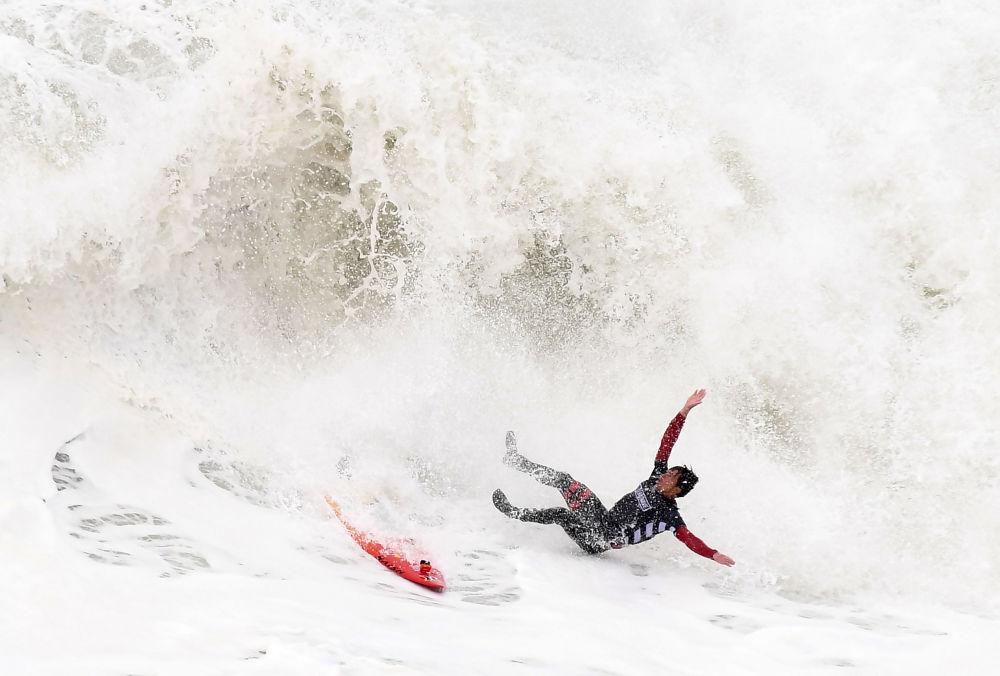 Surfista Kai Lenny durante a final da competição WSL Nazaré Challenge, em Portugal