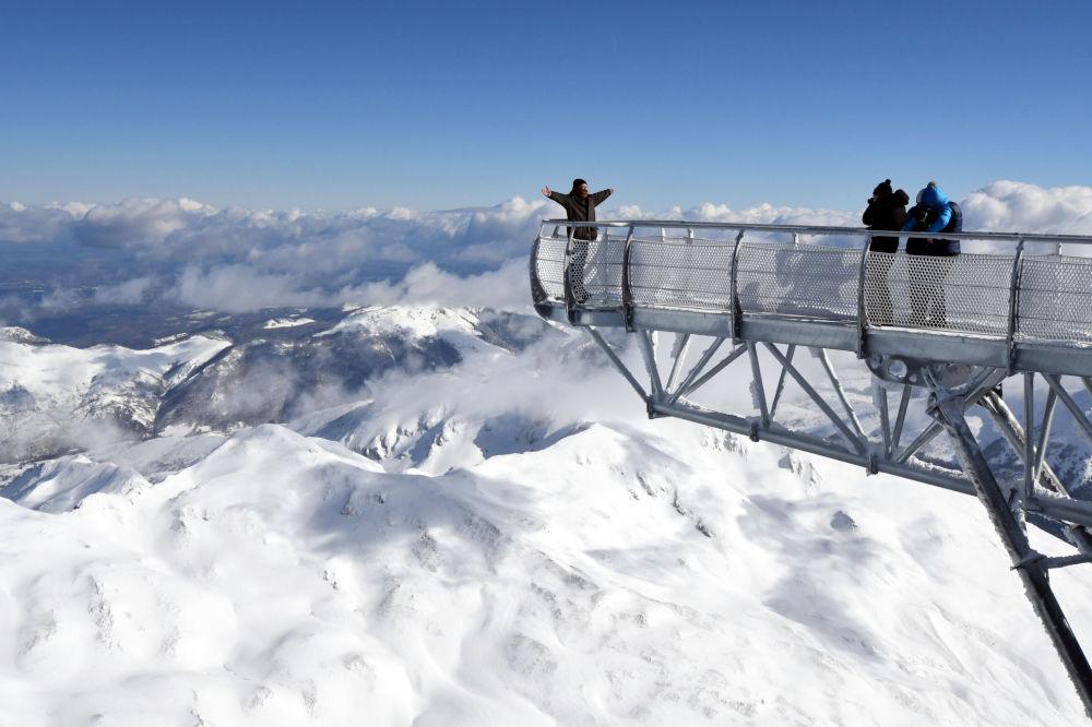 Homem posa em plataforma com 12 metros de altura situada em cima de uma das mais altas montanhas francesas, Pic du Midi de Bigorre
