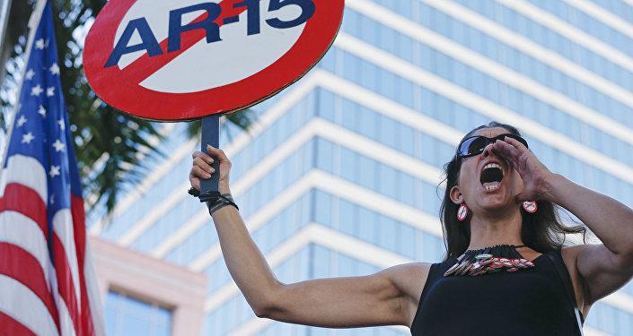 Manifestante Alessandra Mondolfi em ato pelo controle da venda de armas nos EUA.