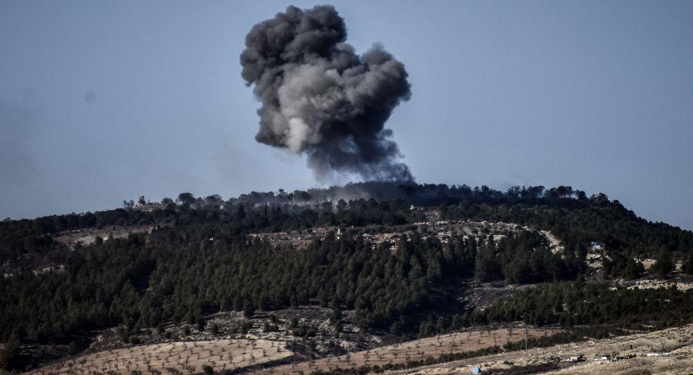 Fumaça causada por explosão na cidade síria de Afrin durante operação turca Ramo de Oliveira