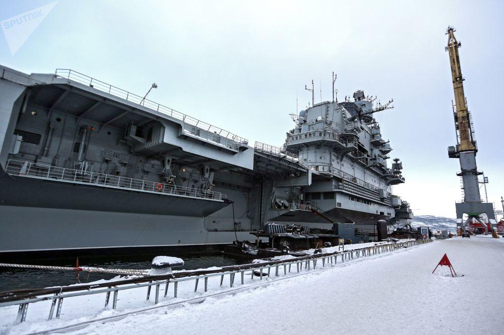 Porta-aviões russo Admiral Kuznetsov da Frota do Norte da Marinha da Rússia no cais do estaleiro em Murmansk