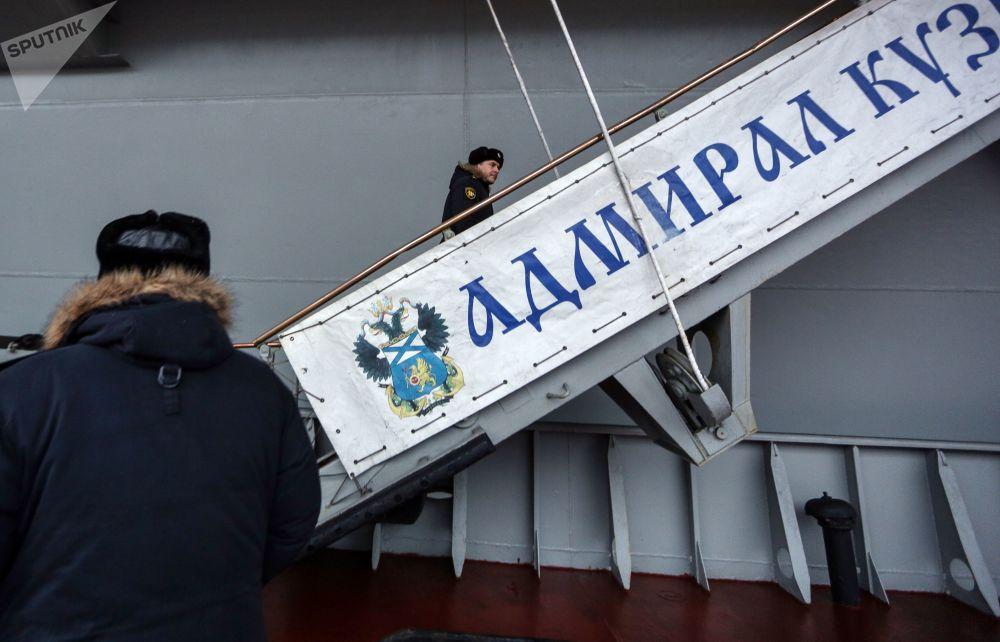 Oficiais da marinha na escada de portaló do porta-aviões russo Admiral Kuznetsov