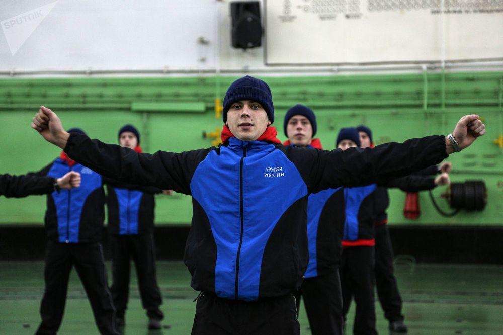 Membros da tripulação treinam a bordo do Admiral Kuznetsov
