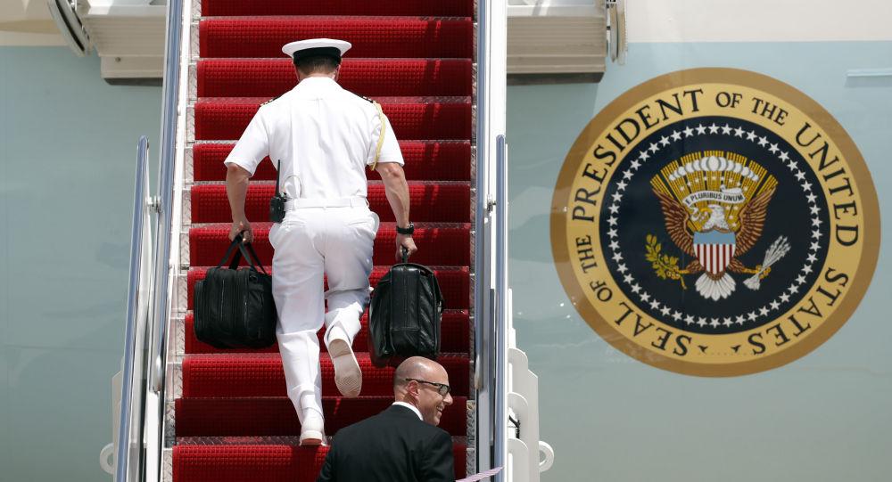 Mala com códigos nucleares do assistente militar do presidente norte-americano