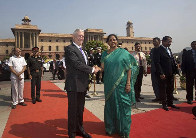 A ministra indiana da Defesa, Nirmala Sitharaman aperta a do secretário de Defesa dos EUA, Jim Mattis, durante visita ao escritório do Ministério da Defesa, em Nova Deli, na Índia.