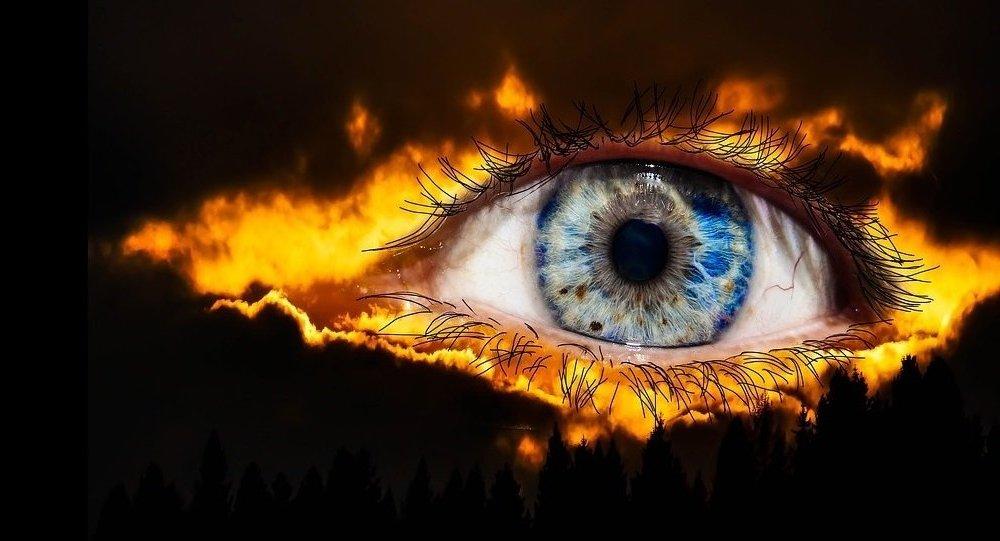 As teorias da conspiração condicionam as pessoas a terem uma visão mais ampla do mundo