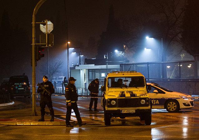 Polícia em frente a embaixada dos EUA em Podgorica, Montenegro